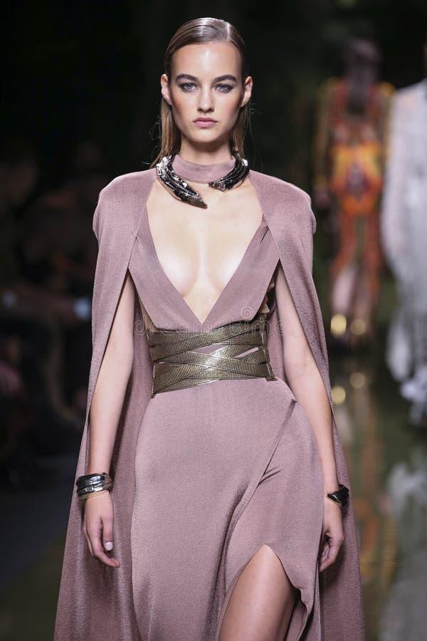 Ein Modell geht die Rollbahn während der Balmain-Show als Teil der Paris-Mode-Woche lizenzfreie stockfotos