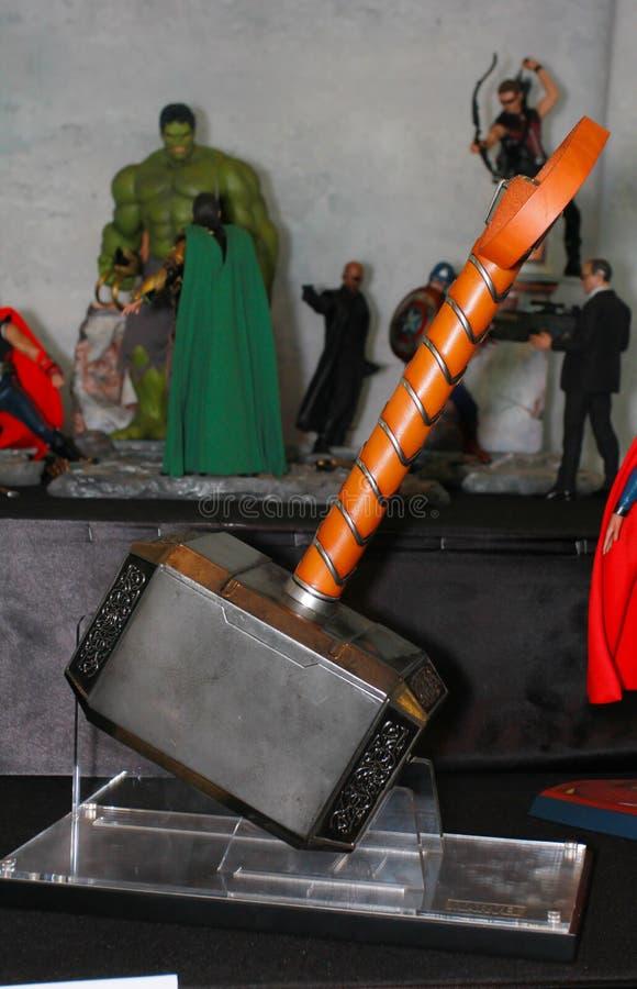 Ein Modell Thor Hammers von den Filmen und von den Comics 2 stockbild