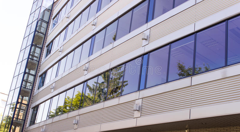 Ein modernes Bürodesigngebäude stockfotografie