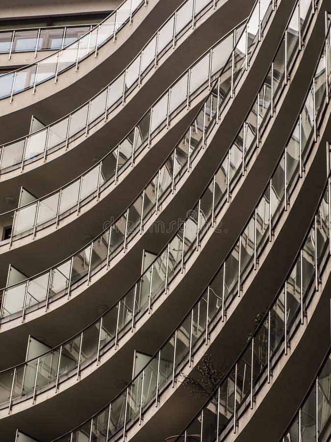ein modernes Gebäude mit Glasbalkonen stockfotografie