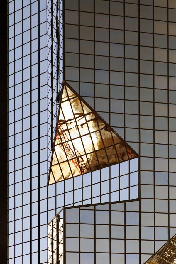 Ein modernes Glasgebäude mit geometrischen Winkeln und Reflexion stockfotografie