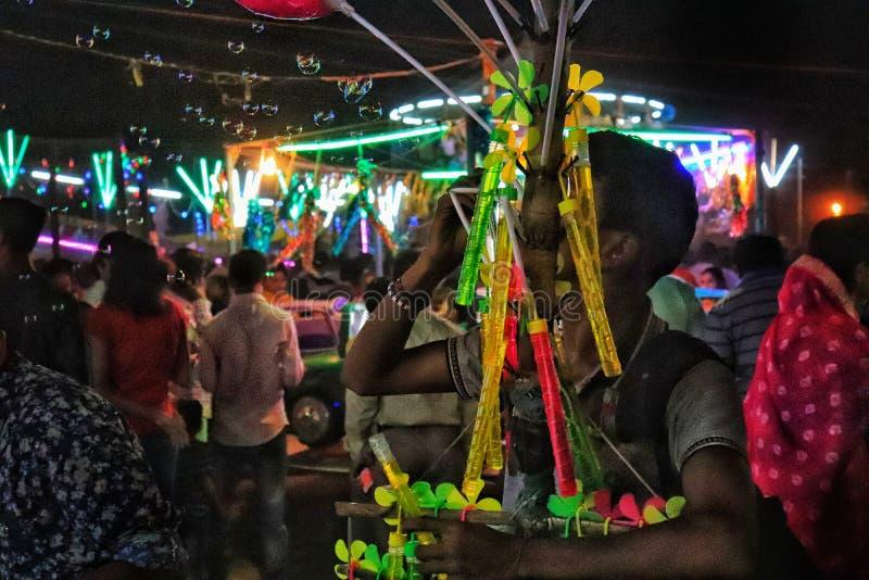 Ein Moment am Funfair in Indien stockbilder