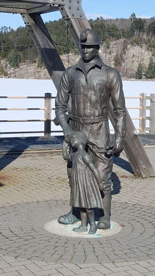 Ein Monument zu den Bergmännern von altem Elliot Lake lizenzfreie stockfotografie