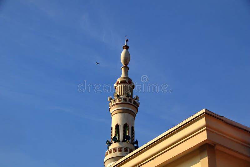 Ein Moscheenturm, der einer nabawi Moschee ähnelt lizenzfreie stockbilder