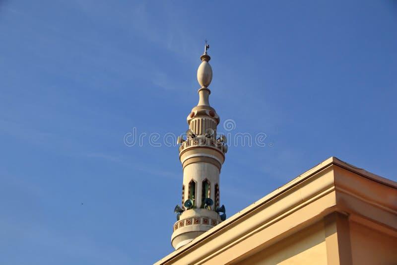 Ein Moscheenturm, der einer nabawi Moschee ähnelt stockfotos