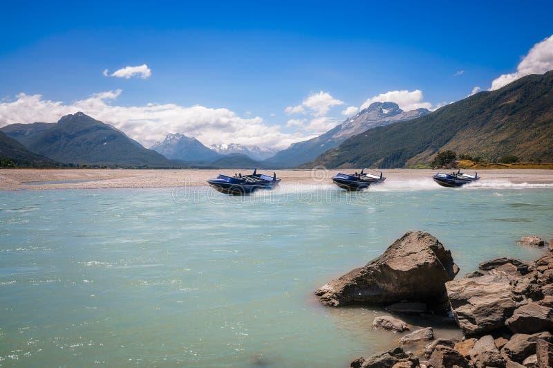 Ein Motorboot auf Pfeil-Fluss an Isengard-Ausblick in Neuseeland stockfoto