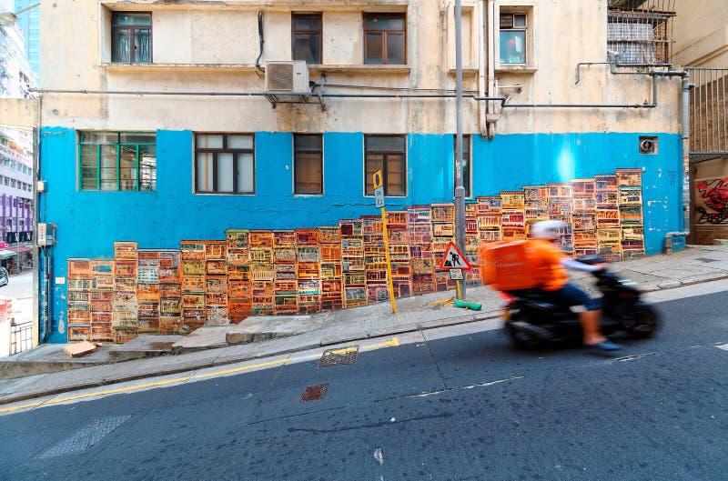 Ein Motorradkurier, der durch berühmten Graham Street Wall Mural überschreitet stockfotografie