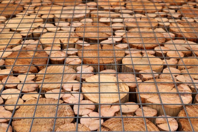 Ein Muster von den Enden von Holzbalken des Kreisquerschnitts stockfoto