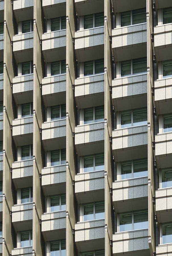 Ein Muster von Fenstern und von Balkonen von einem Wolkenkratzer in Tokyo stockbild