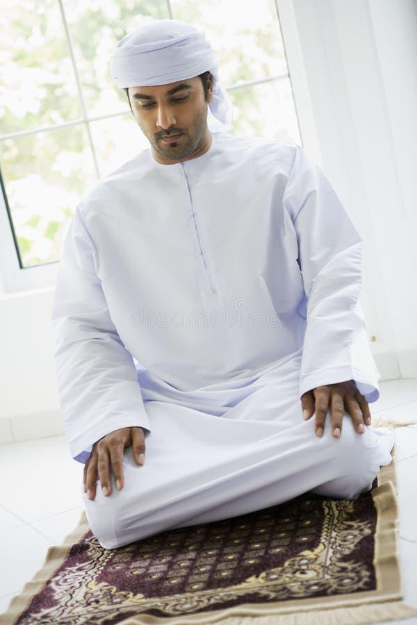 Ein nahöstlicher betender Mann stockbild