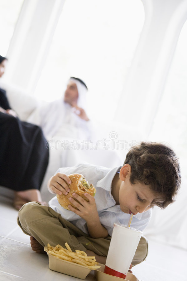 Ein nahöstlicher Junge, der Schnellimbiß genießt lizenzfreies stockfoto