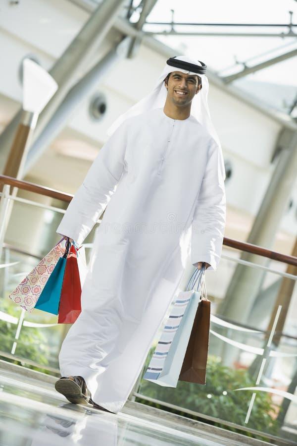 Ein nahöstlicher Mann in einem Einkaufszentrum lizenzfreies stockfoto