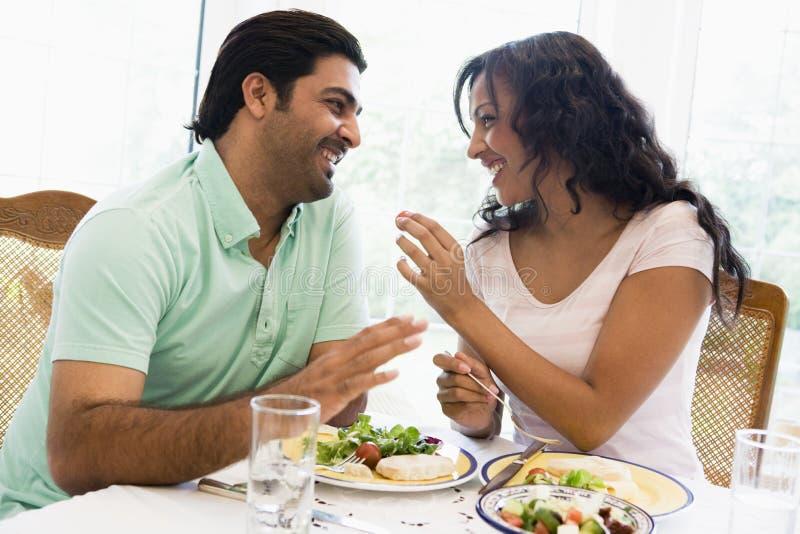 Ein nahöstliches Paar, das zusammen eine Mahlzeit genießt lizenzfreies stockfoto