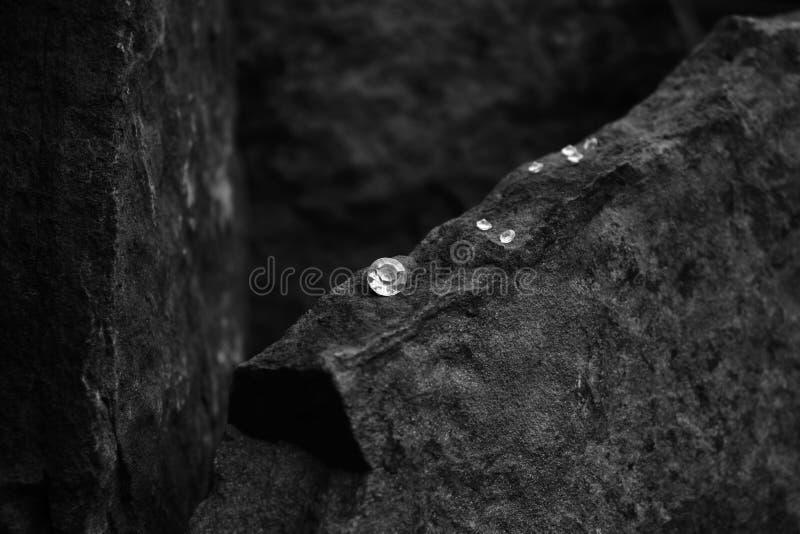 Ein Nahaufnahme-Bild von Diamond Showing die Facetten des Edelsteins auf einem Felsen stockfotos