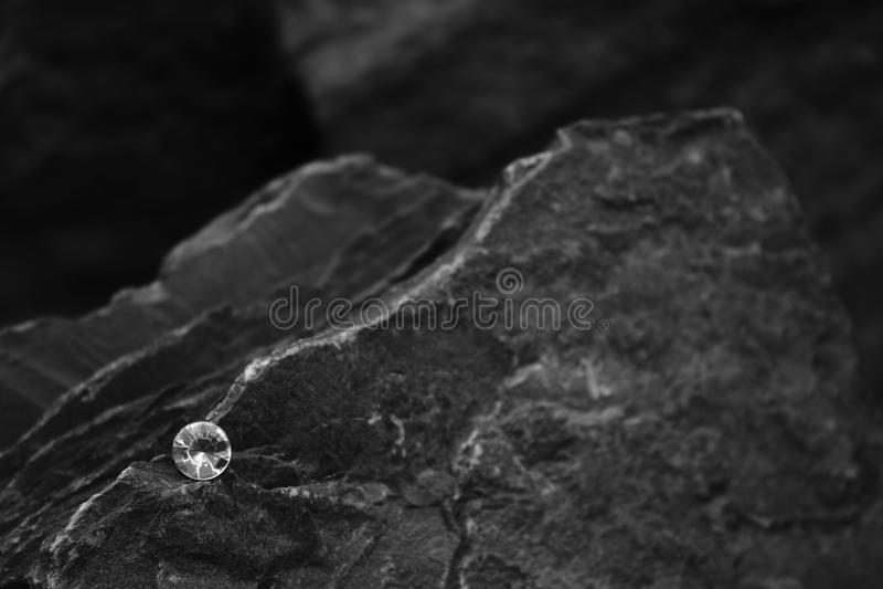 Ein Nahaufnahme-Bild von einzelnen Diamond Showing die Facetten des Edelsteins auf einem Felsen lizenzfreies stockfoto