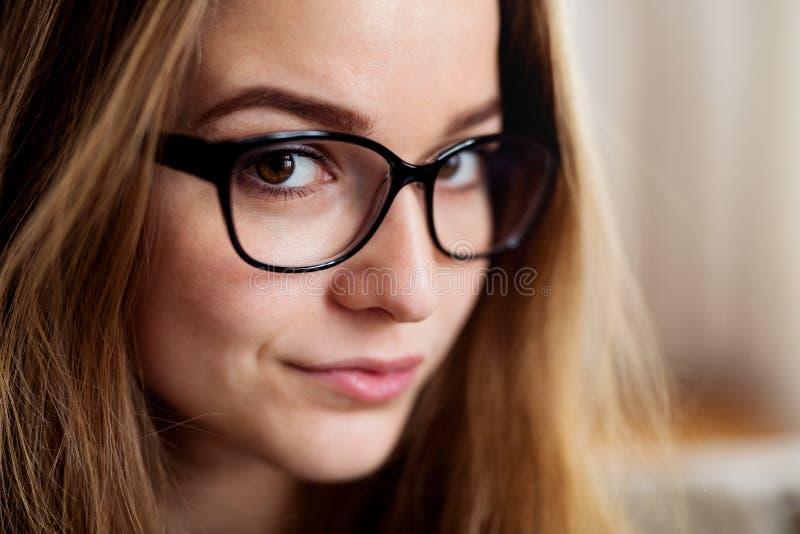 Ein Nahaufnahmeportr?t der jungen Studentin zuhause stehend stockfotografie
