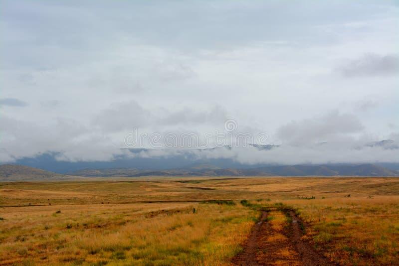 Ein nasser Schotterweg führt in Prescott Valley Landscape lizenzfreie stockfotografie