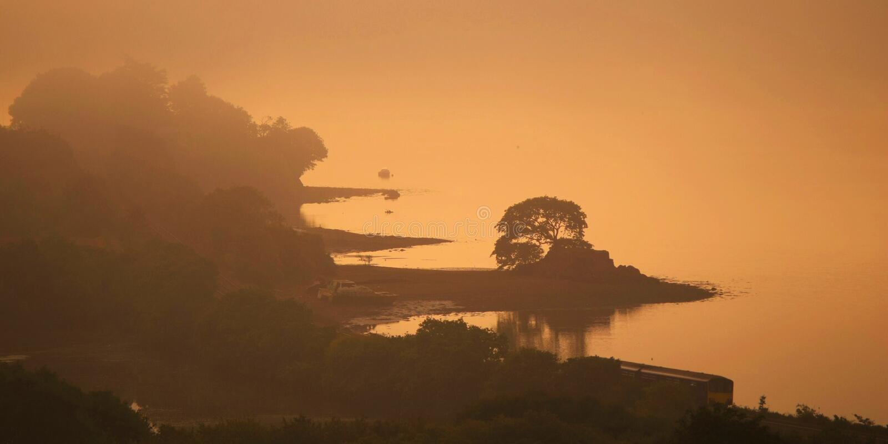 Ein nebelhafter Herbstmorgen lizenzfreie stockfotografie