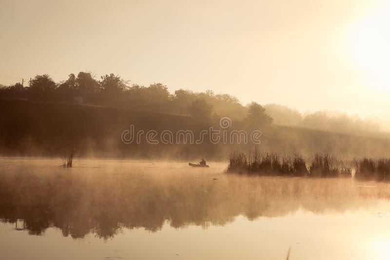 Ein nebelhafter Morgen durch den See Raum für Text stockbilder