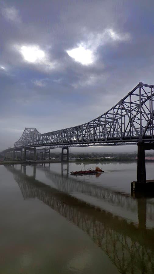 Ein nebeliger Morgen an New- Orleansbrücke lizenzfreie stockfotografie