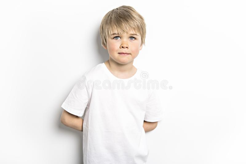 Ein nettes altes Jungenstudiofünfjahresporträt auf weißem Hintergrund stockfotos