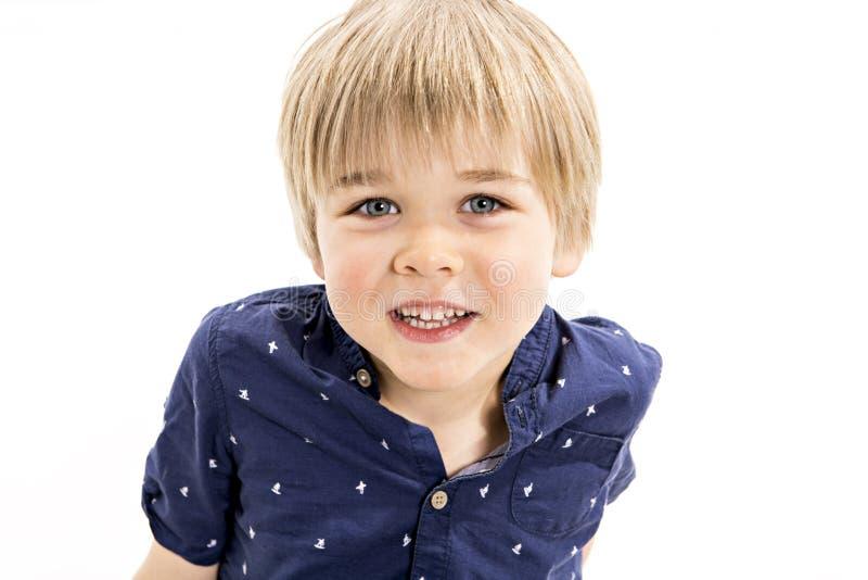 Ein nettes altes Jungenstudiofünfjahresporträt auf weißem Hintergrund stockfoto