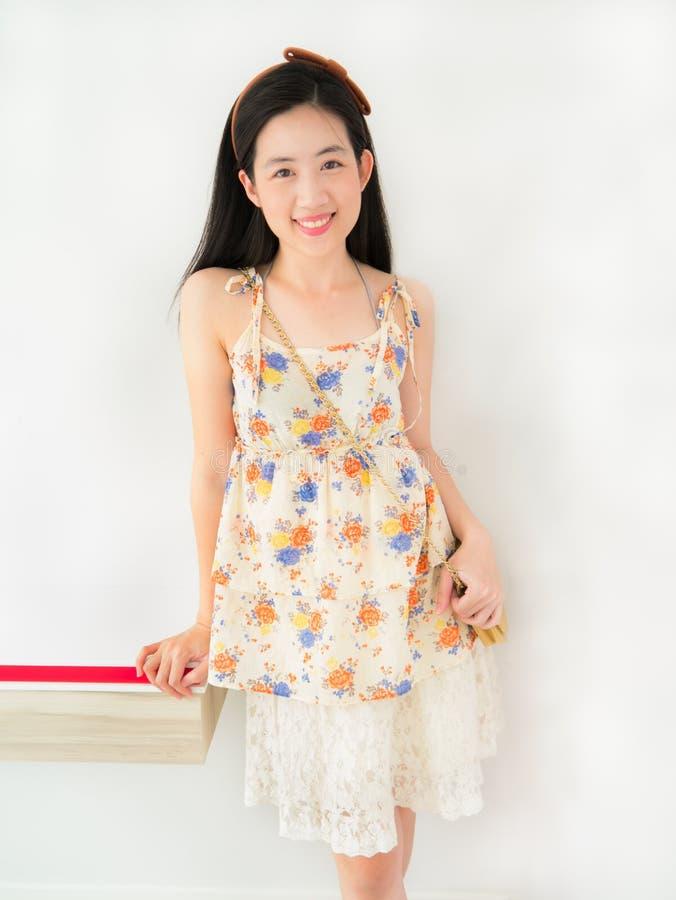 Ein Nettes Asiatisches Kleid Des Mädchens In Mode Mit Ihrem Schönen ...