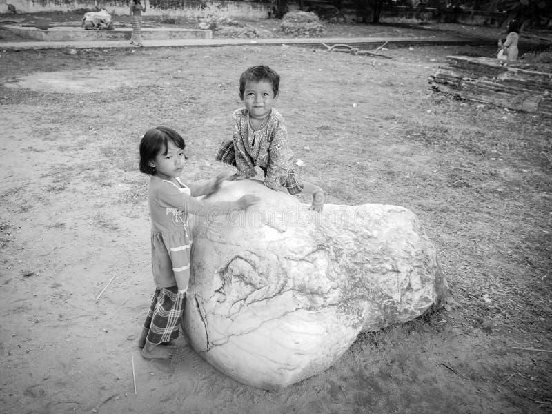Ein nettes birmanisches Jungengesicht in einem ländlichen Dorf außerhalb der Stadt lizenzfreies stockbild