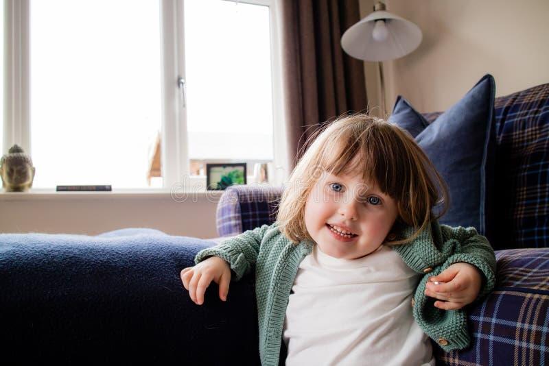 Ein nettes junges Mädchen, das in die Kamera lächelt lizenzfreie stockfotos