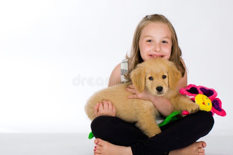 Ein nettes junges Mädchen und ihr Welpe lizenzfreie stockfotos