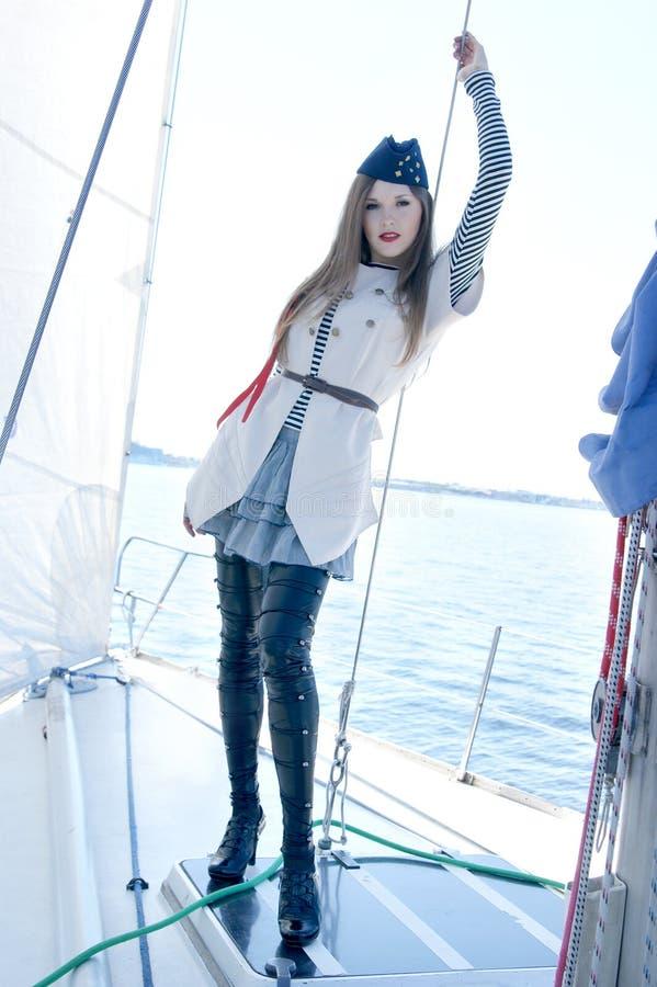 Ein nettes junges Seemannmädchen auf einem Boot stockbilder