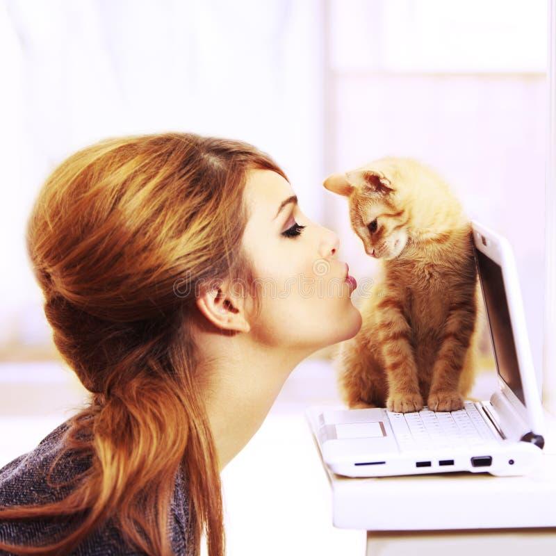 Ein nettes Kätzchen küssen das vollkommene Geschenk lizenzfreie stockfotos