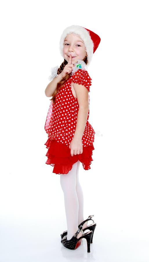 Ein nettes kleines Mädchen in den Schuhen ihrer Mutter und ein Tupfen kleiden an lizenzfreie stockfotografie
