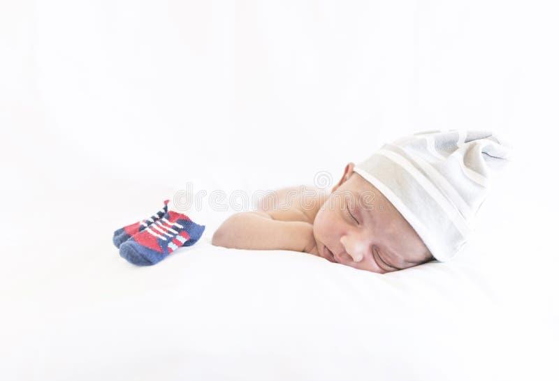 Ein nettes neugeborenes Baby, das auf seinem Bauch schläft lizenzfreies stockfoto