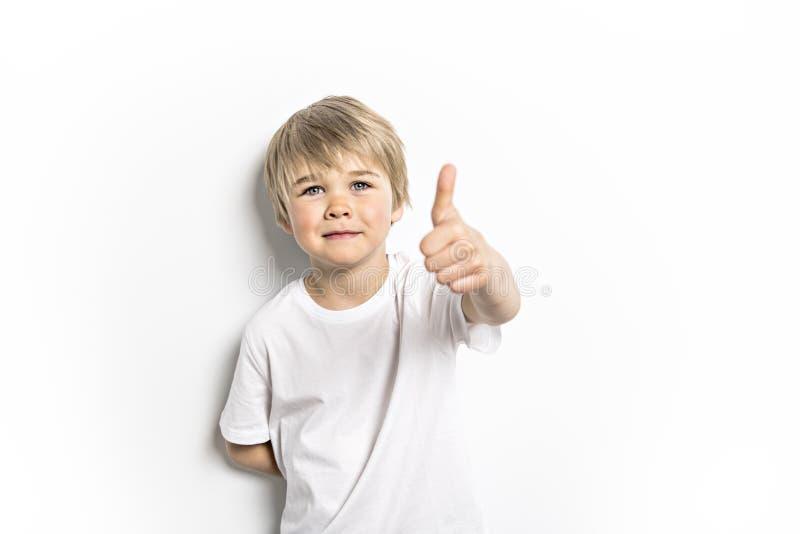 Ein nettes positives altes Jungenstudiofünfjahresporträt auf weißem Hintergrund stockfotografie