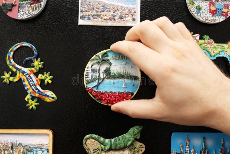 Ein neuer Kühlschrankmagnet von den letzten Ferien lizenzfreies stockbild
