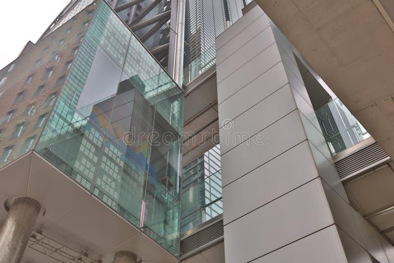ein neues modernes Dachbodengebäude herein in die Stadt stockbilder