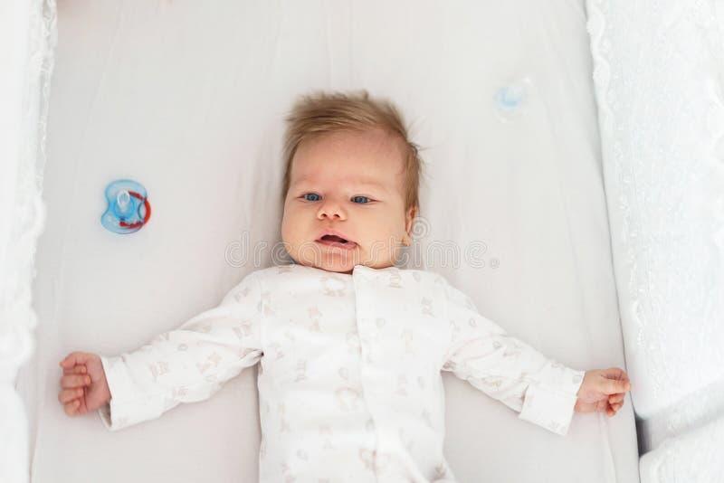 Ein neugeborenes Baby liegt in der Kindertagesst?tte auf dem Bett stockbild