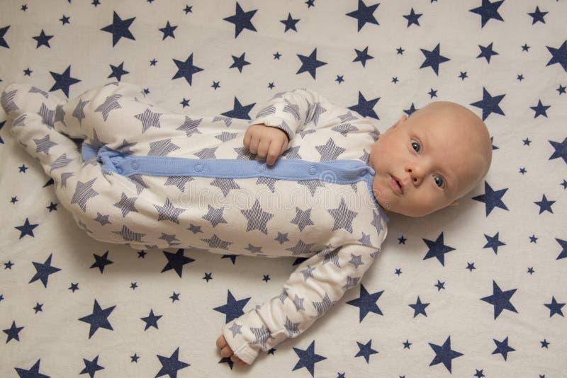 Ein neugeborenes Baby liegt in der Krippe, Draufsicht lizenzfreies stockfoto