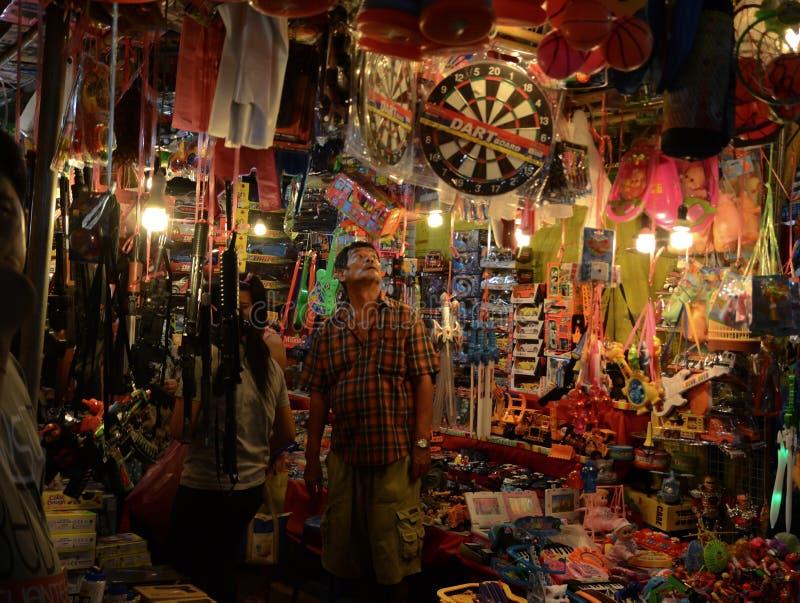 Ein neugieriger Mann in Toy Shop lizenzfreie stockbilder
