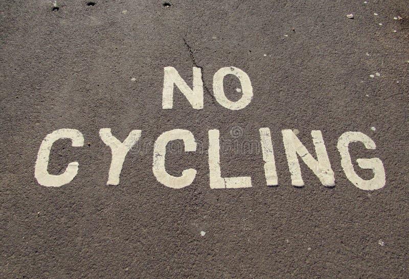 Ein nicht Radfahrenzeichen gemalt auf der Pflasterung auf der Esplanade in Sidmouth, Devon lizenzfreies stockbild