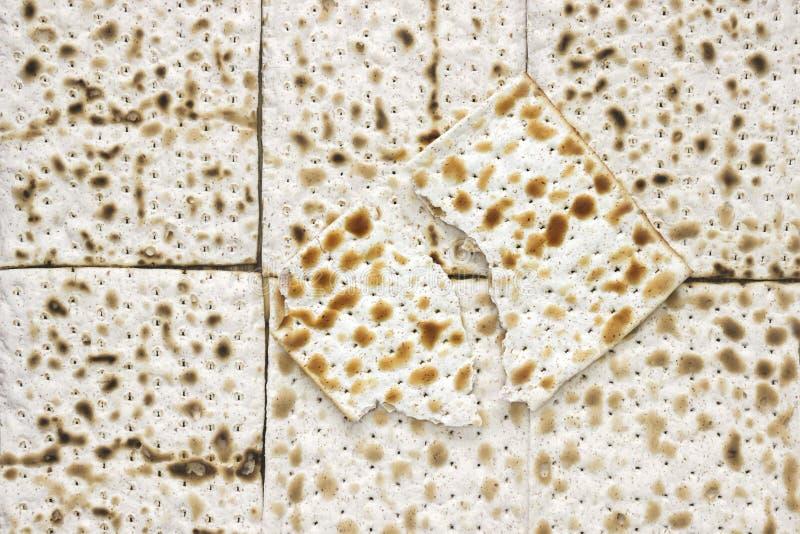 Ein obenliegendes Foto von Matzah- oder matzastücken Matzah für die jüdischen Passahfestfeiertage Platz für Text, Kopienraum Sele stockbilder