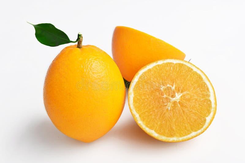 Ein orange ganzes und ein aufgeteilt, Navel-Orange, kreatives Plakat lizenzfreie stockfotografie