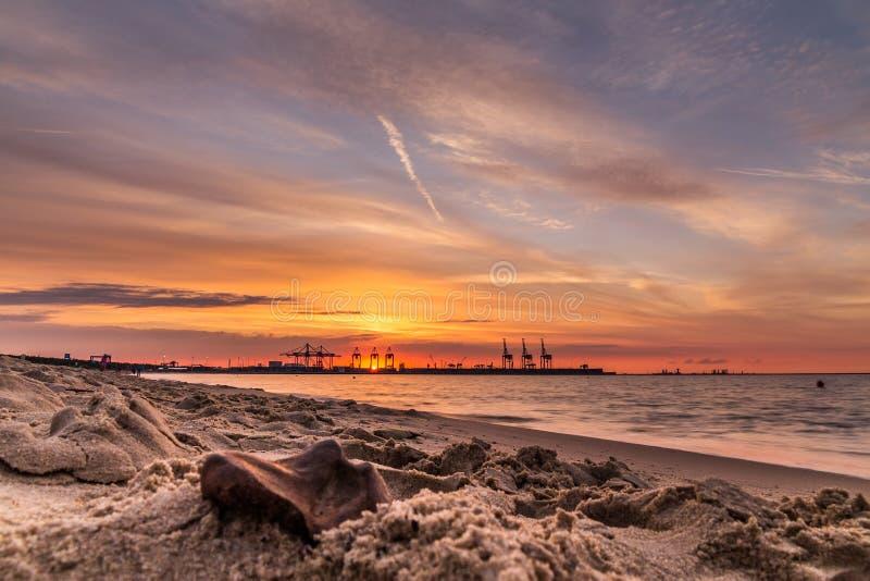 Ein orange Sonnenuntergang lizenzfreie stockfotografie