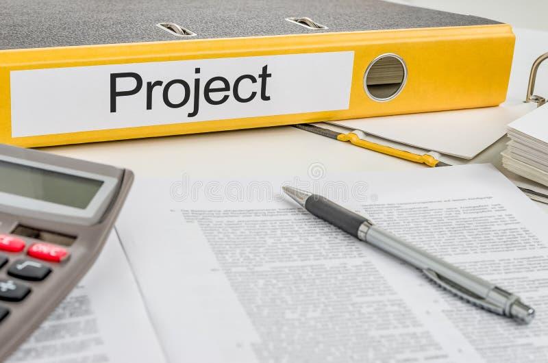 Ein Ordner mit dem Aufkleber Projekt stockbilder