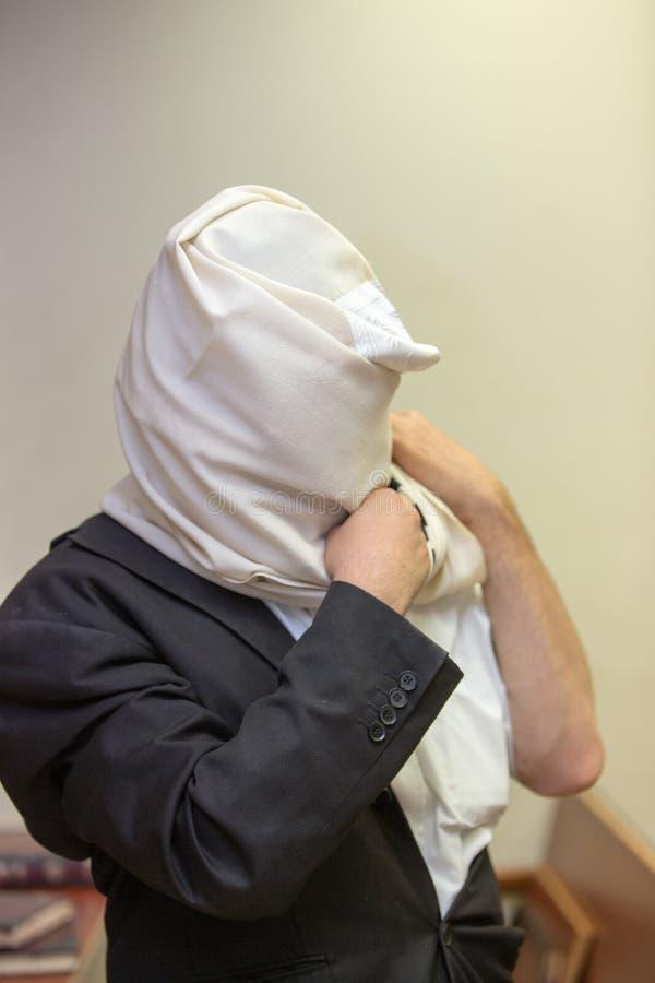 Ein orthodoxer Jude trägt ein tallit stockfotografie