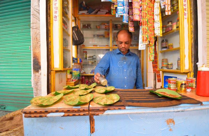 Ein paan Straßenhändlerverkauf oder Betel verlässt in seinem Shop lizenzfreies stockbild