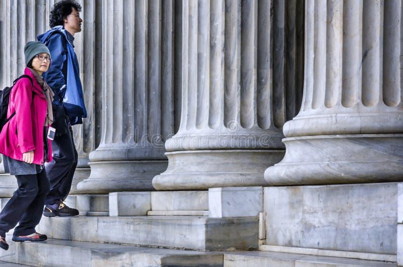 Ein paar asiatische Touristen, die das neoklassische Gebäude Zappeion Hall an den Syntagmen besuchen, quadrieren in Athen stockfoto