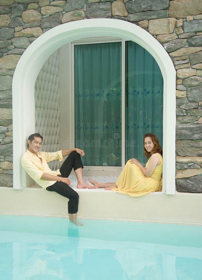 Ein Paar auf Poolside lizenzfreies stockfoto