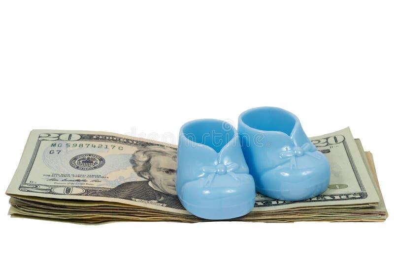 Ein Paar blaue Plastikbaby-Beuten sitzt auf einem Stapel von zwanzig tun lizenzfreies stockfoto